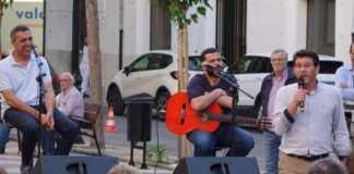 """El conocido """"cantaor"""" participa en un acto de La Vall Ens Uneix lleno de emociones que abarrotaba la plaza de la Concepción"""