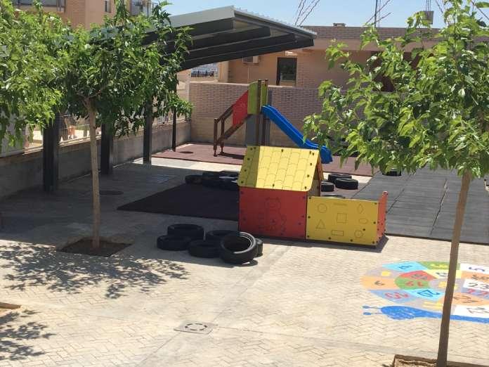 L'Ajuntament de la Llosa de Ranes ha construït un umbracle en el pati d'infantil del CEIP Crist del Miracle