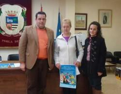 El alcalde, la ganadora y la Reina de Fiestas de 2010 en el salón de actos del ayuntamiento
