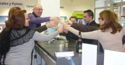 El ganador del Rasca-Rasca en su recorrido por las tiendas de Alzira