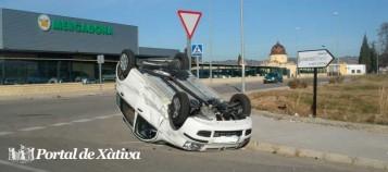 Coche volcado en el Polígono Industrial de Xàtiva